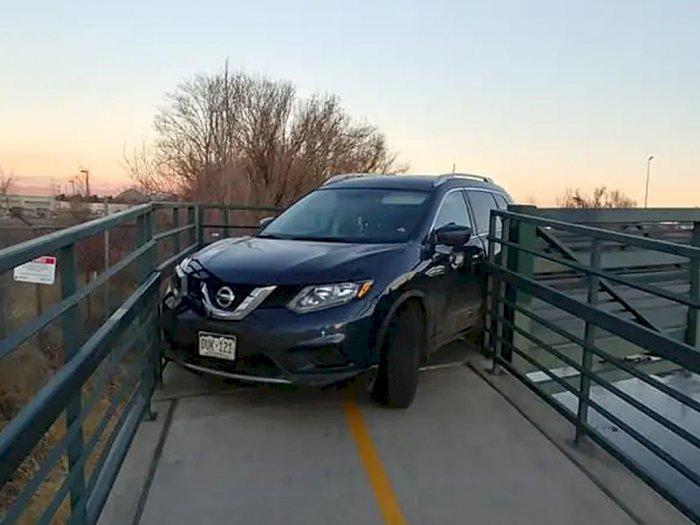 Tidak Ada yang Tahu Kenapa Mobil Ini Terjebak di Jembatan Penyeberangan Khusus Sepeda