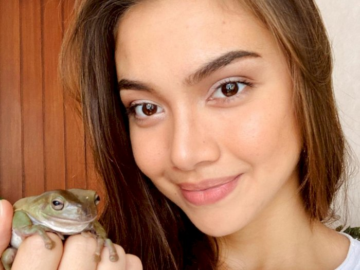 Angela Gilsha Unggah Foto Bareng Kodok Kesayangannya, Netizen Malah Geli Sendiri