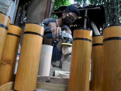 FOTO: Produksi Tempat Minum dari Bambu