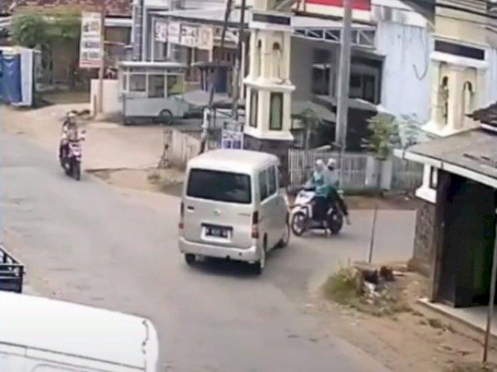Detik-detik Mobil Belok Tabrak Motor yang Mau Nyebrang, Netizen Bingung Siapa yang Salah