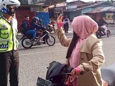 Ditegur Gegara Gak Pakai Helm, Emak-emak Bercadar ini Malah Ngamuk Sama Polisi dan Kabur