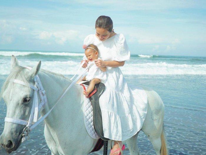 Unggah Foto Naik Kuda Bareng Anak, Sendal Jepit Shandy Aulia Bikin Netizen Salfok