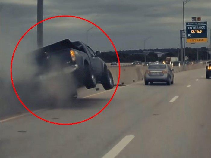Tesla Model Y Buat Mobil Pickup Nissan Ini Tabrak Pembatas Jalan dan Terbang!