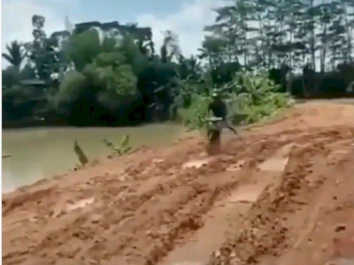 Pria dengan Motor Jadulnya dengan Mudah Lewati Jalan yang Berlumpur, Bikin Takjub