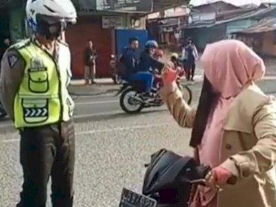 Viral Ibu-ibu Kabur usai Teriak Takbir di Depan Polisi, Reaksi Polisinya Jadi Sorotan