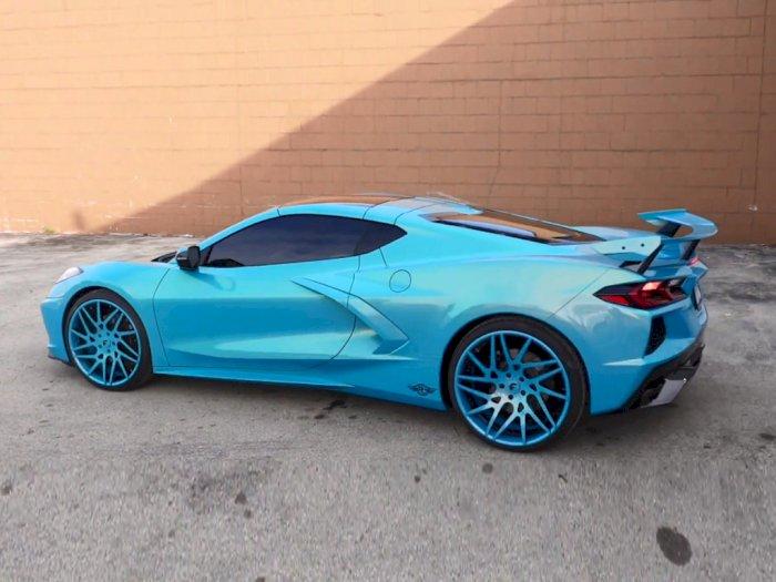 Melihat Tampilan Mobil Chevrolet Corvette C8 dengan Warna Biru Muda Metalik