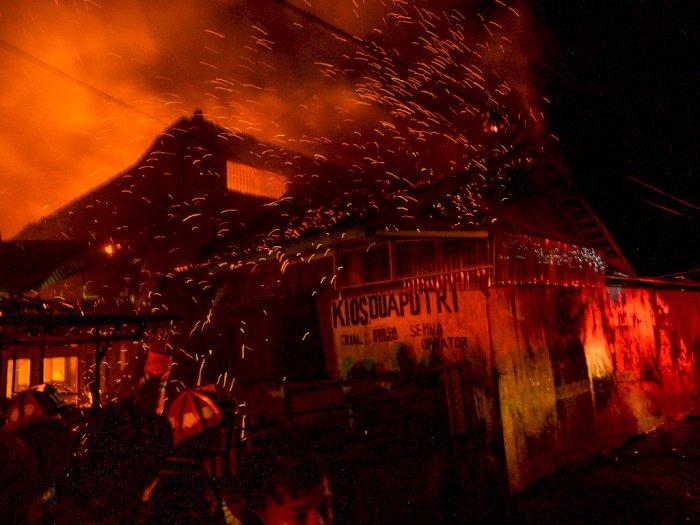 FOTO: Kebakaran Gudang Barang Campuran di Palu