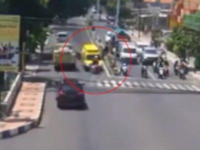 Kecelakaan Adu Kambing Antara Motor Tabrak Ambulans yang Lawan Arus di Banyuwangi
