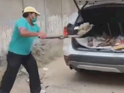 Kesal dengan Pelayanan Showroom, Pria Ini Jadikan Mobil Mahalnya Sebagai Pengangkut Sampah