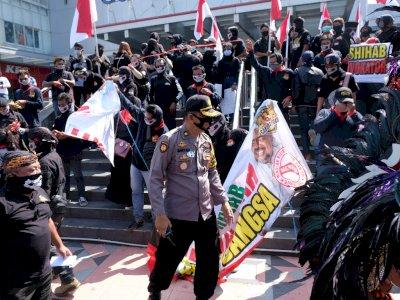 FOTO: Polisi Bubarkan Kerumunan Massa di Magelang