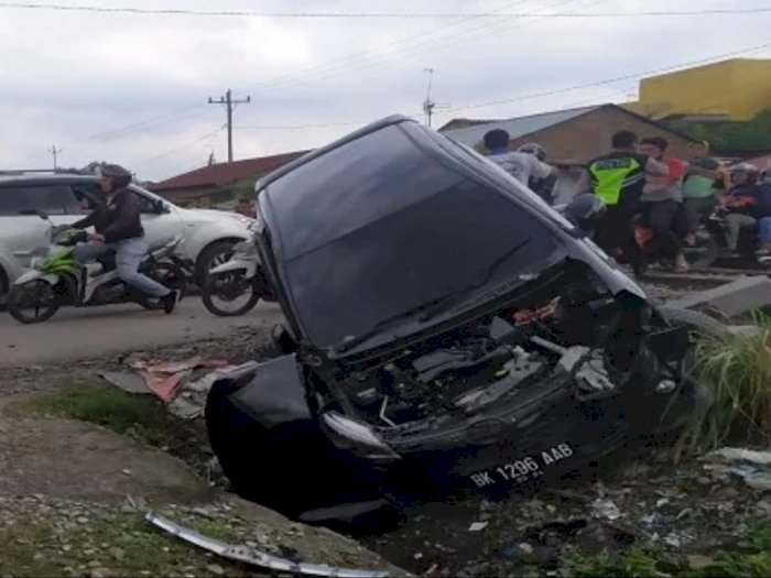 Terobos Palang Perlintasan Kereta Api, Pengendara Agya di Helvetia Medan Masuk Rumah Sakit