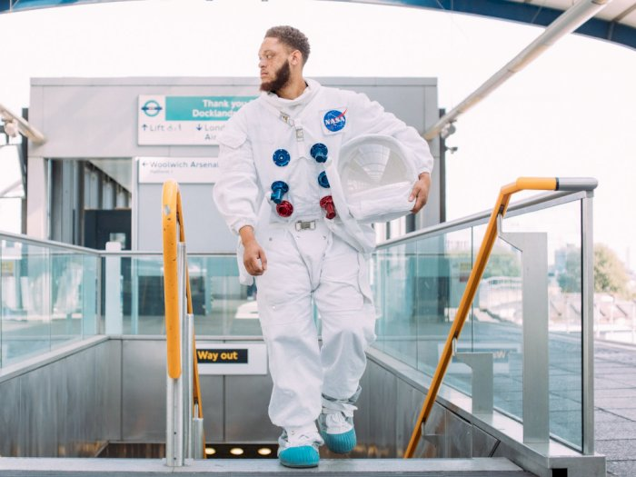 Mengapa Astronot Mengenakan Pakaian Berwarna Putih Saat ke Luar Angkasa?