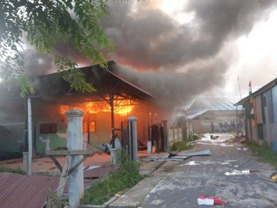 Mencekam! Tak Terima Putusan KPU, Sejumlah Orang Bakar Rumah Paslon di Papua