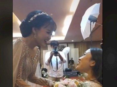 Pengantin Wanita Berikan Bunga di Tangan kepada Sahabatnya, Reaksi Sahabat Tak Mengenakan