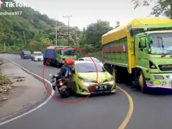 Video Mobil Yaris Adu Kambing dengan Pemotor Akibat Ugal-ugalan & Menyalip di Tikungan