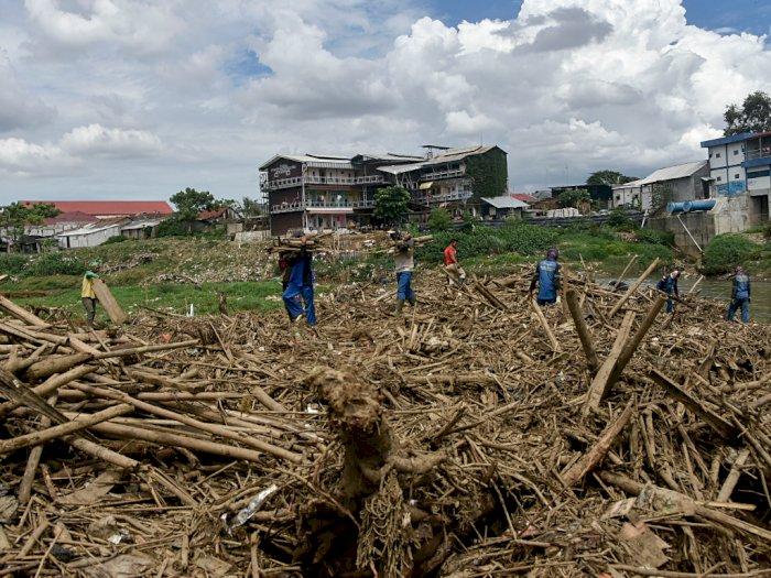 FOTO: Pembersihan Sampah Kali Bekasi Antisipasi Banjir