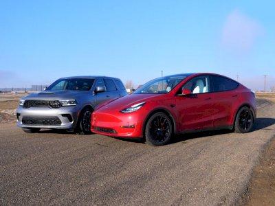 Melihat Drag Race Antara Tesla Model Y Performance dan Dodge Durango Hellcat