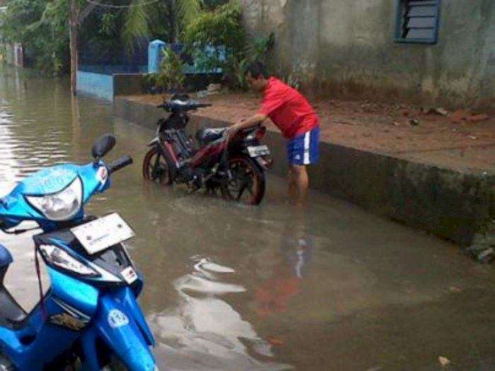 Ada-ada Saja, Kampung Dilanda Banjir, Warga di Asahan Malah Mencuci Motor