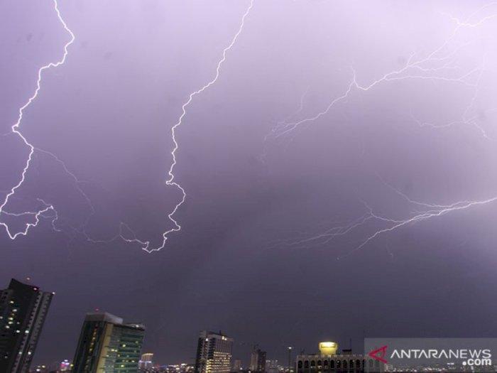 Hati-hati! Hujan Petir Bakal Guyur DKI Jakarta Siang Ini