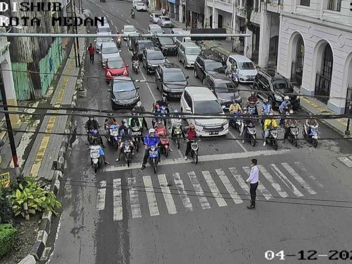 FOTO: Momen Seluruh Traffic Light di Medan Dimerahkan saat Doa Bersama