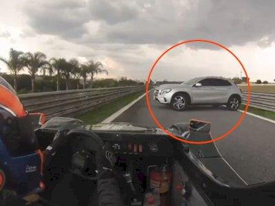 Hampir Ditabrak dengan Kecepatan Tinggi, Mobil Mercedes Ini Nyasar ke Sirkuit Balap!