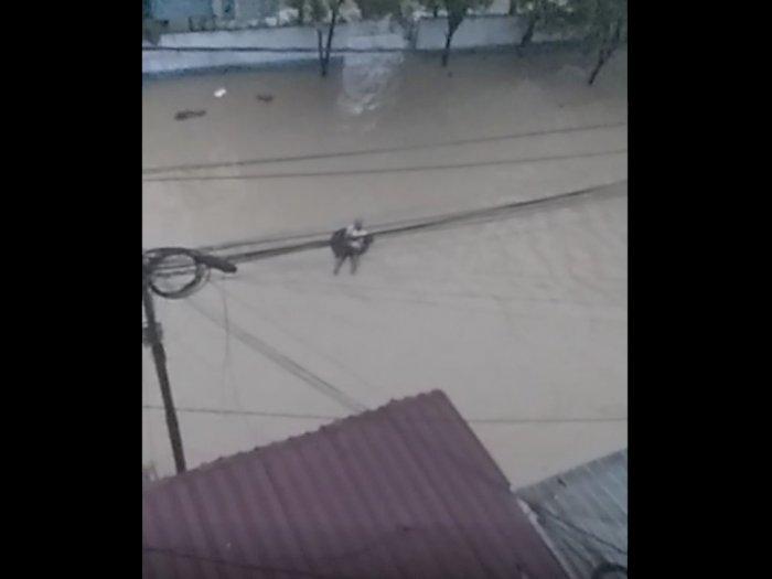 Video Seorang Pria Tua Asik Bermain Ban saat Banjir Medan, Warga: Wak Santuy Kali Wak