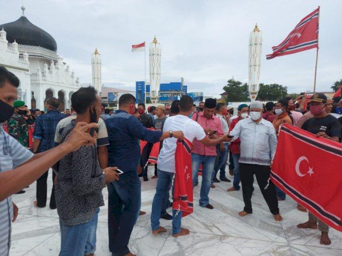 Foto-foto & Video Bendera Bulan Bintang Berkibar Saat Ultah GAM ke-44, Dijaga Pasukan TNI