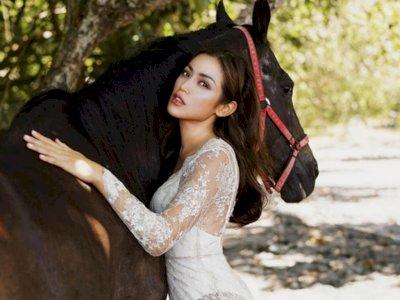 Jessica Iskandar Pamer Foto Peluk Kuda Pakai Gaun Transparan, Netizen: Pikiranku Piknik