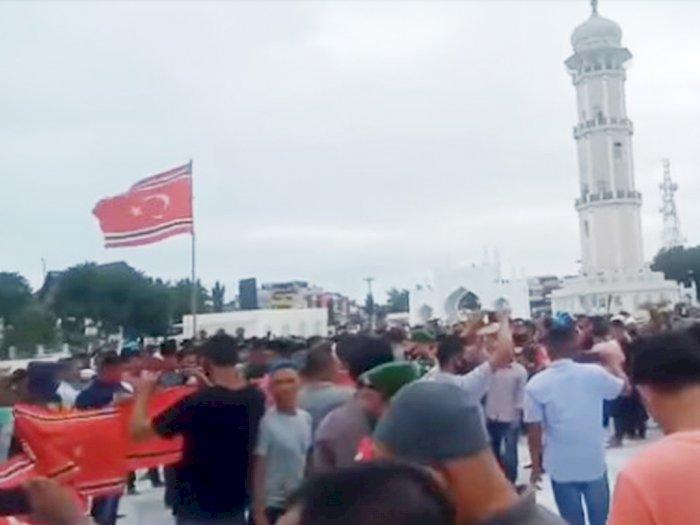 Peringati Milad ke-44 GAM, Massa Kibarkan Bendera Bulan Bintang Aceh Dikawal Pasukan TNI