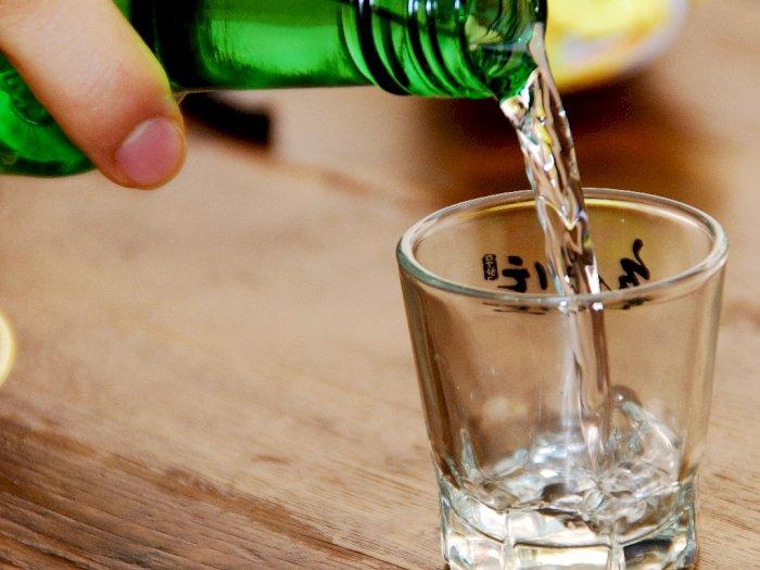Cari Tahu Yuk, Etiket Tradisi Minum Soju yang Benar di Korea
