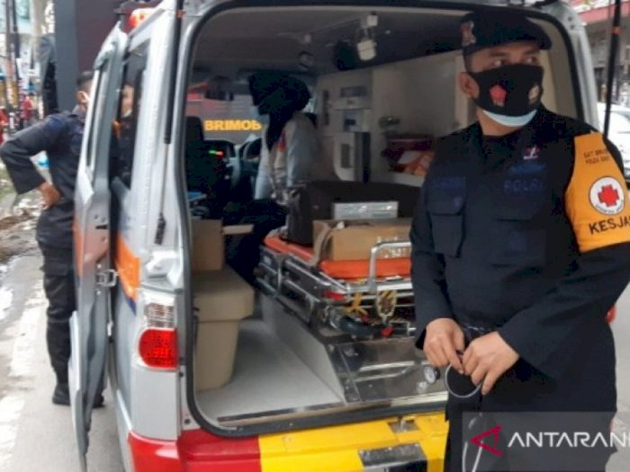 Brimob Polda Sumut Berikan Bantuan Pengobatan Untuk Korban Banjir di Medan