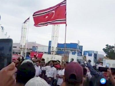 BREAKINGNEWS: Massa Kibarkan Bendera Bulan Bintang di Halaman Masjid Baiturrahman Aceh