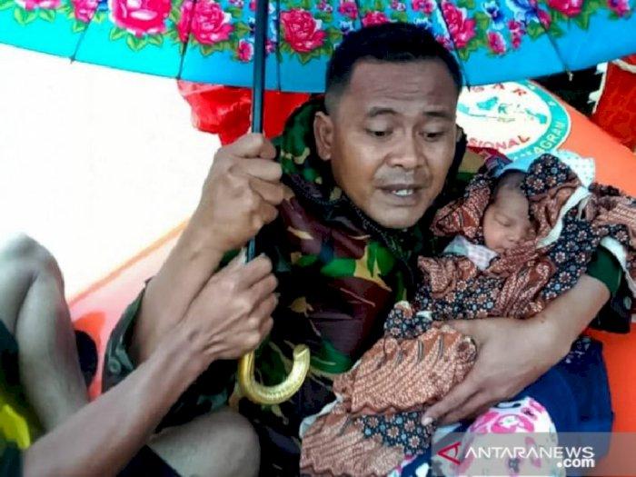 Salut, Prajurit TNI Selamatkan 'Bayi Merah' yang Terjebak Banjir di Aceh Timur