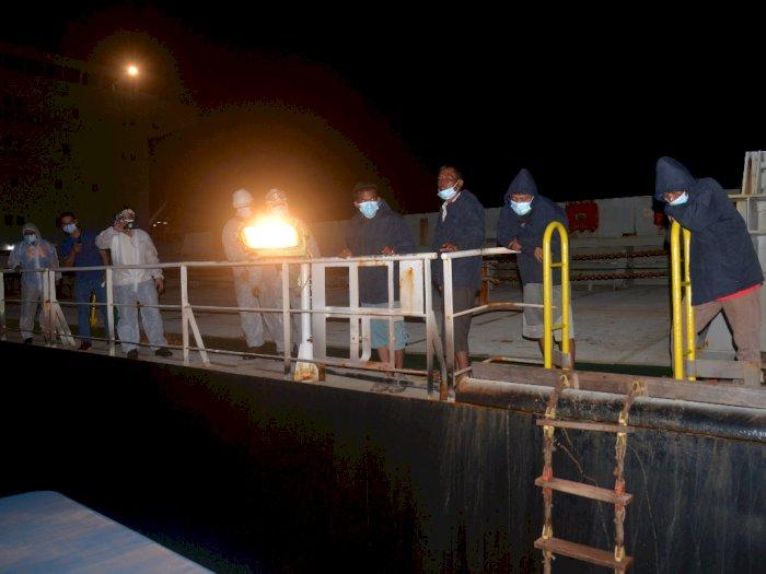 FOTO: Evakuasi Nelayan Oleh Kapal Kargo
