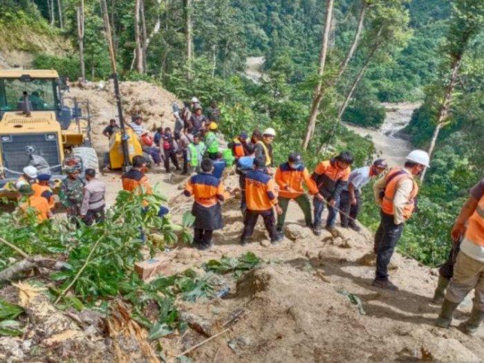 Sebuah Alat Berat Beserta Operatornya Terseret Longsor Hingga ke Sungai Batang Toru Tapsel