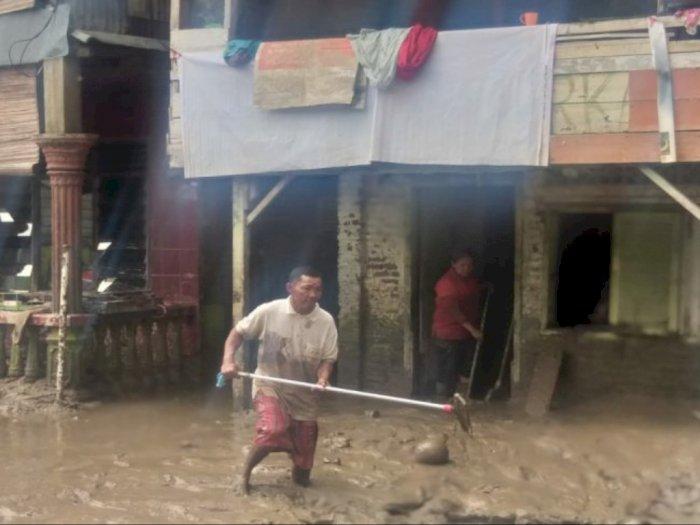Cerita Warga Kampung Aur Medan Bersihkan Sisa Banjir: Kami Lelah, Lumpur Tebal, dan Berbau