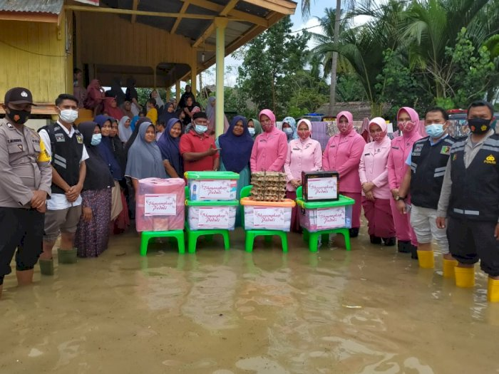 Beri Bantuan Sembako Untuk Korban, Ibu Bhayangkari Polres Lhokseumawe Tembus Lokasi Banjir