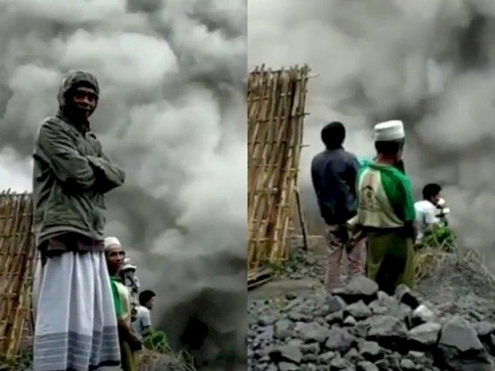 Momen Bapak-bapak Bersarung Santai Tonton Asap Erupsi Gunung Semeru dari Jarak Dekat