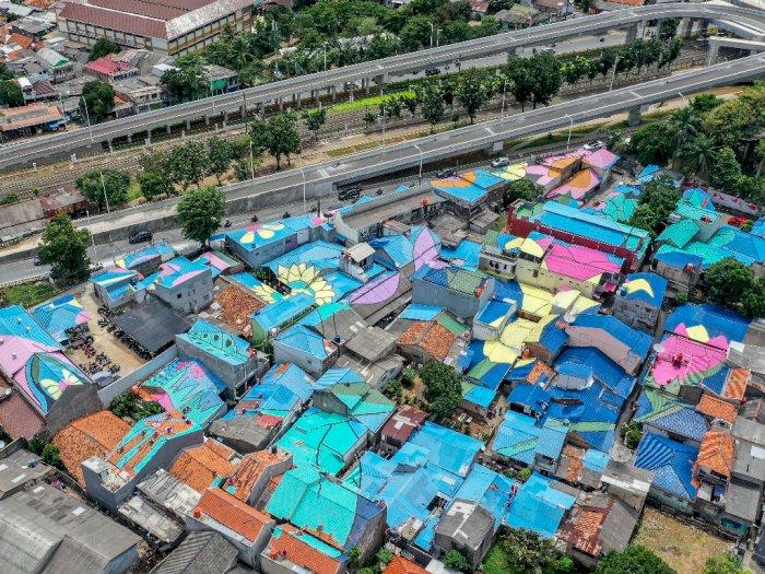 FOTO: Pengecetan Atap Rumah di Lenteng Agung