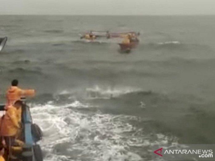 Kapal Logisitik PT Timah Tbk Selamatkan Sejumlah Nelayan yang Tenggelam di Perairan Bangka