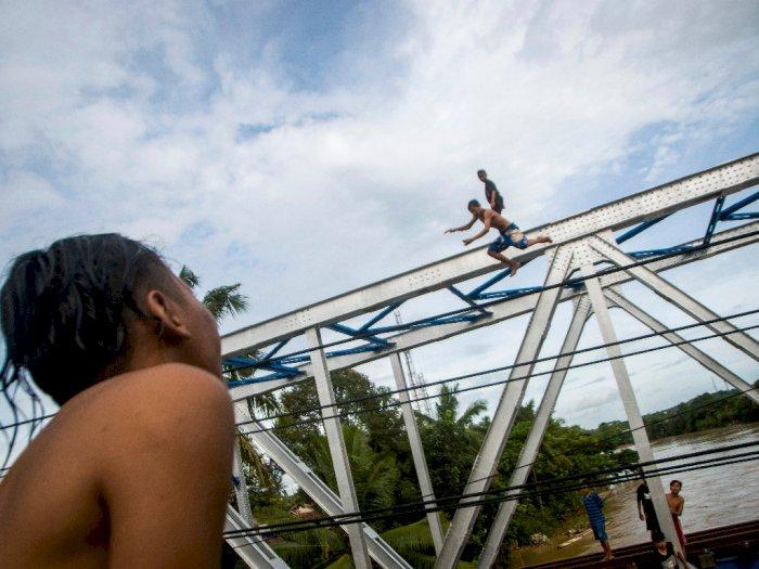 FOTO: Aksi Melompat dari Jembatan