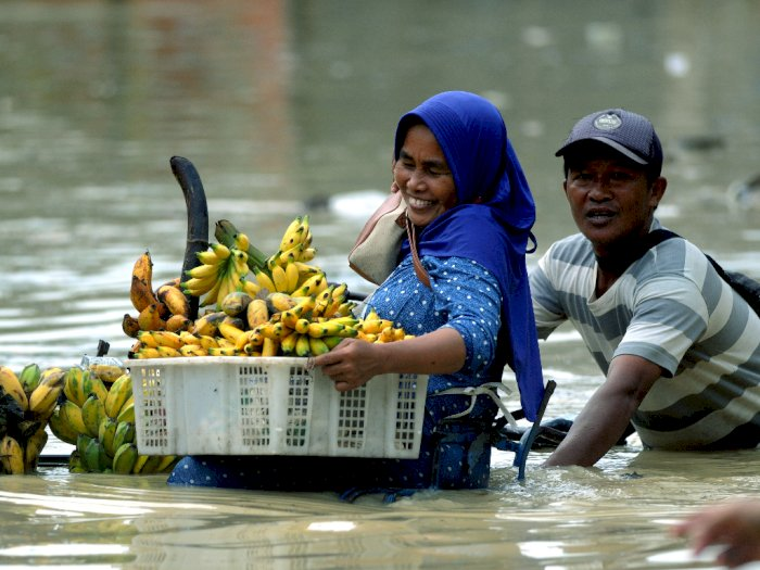 FOTO: Banjir Rendam Permukiman di Pamekasan