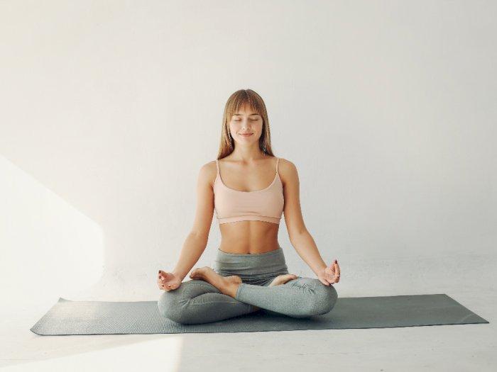 3 Pose Yoga Ini Membantu Kamu Mendapatkan Tidur yang Nyenyak