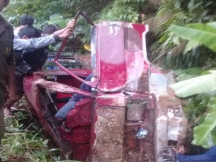 Diduga Rem Blong, Mobil L300 di Tapsel Terjun ke Parit, 2 Penumpang Meninggal Dunia