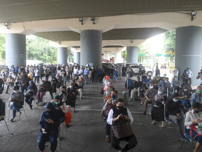 FOTO: Antrean Rapid Tes Antigen di Stasiun Gambir