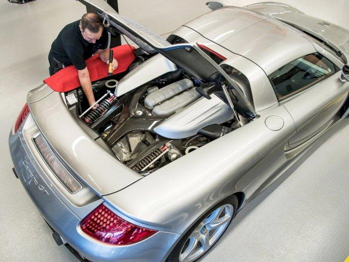 Mobil Porsche Carrera GT Ini Sudah Dibongkar 78 Kali oleh Teknisi untuk Latihan!