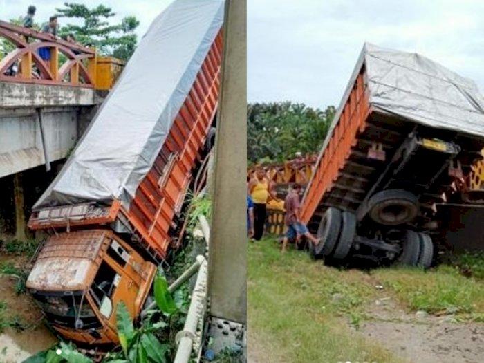 Akibat Mesin Mati Mendadak dan Rem Blong, Truk Tronton di Labura Nyungsep ke Jurang