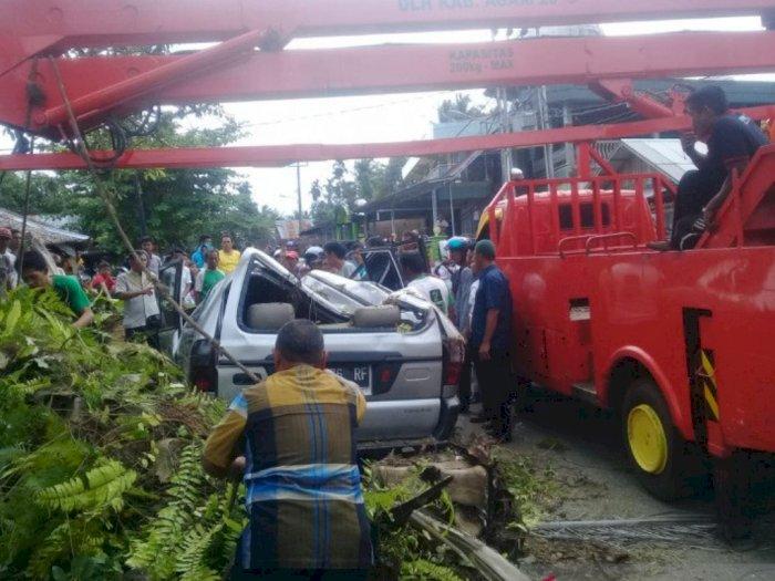 Ditinggal Pemilik Salat Jumat, Pohon Kepala Sawit Rusakkan Mobil Minibus ASN di Agam