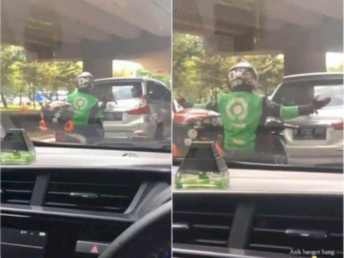 Kocak Driver Ojol Joget Tiktok di Atas Motor Saat Lampu Merah, Netizen: Dapat Tip Gede Nih