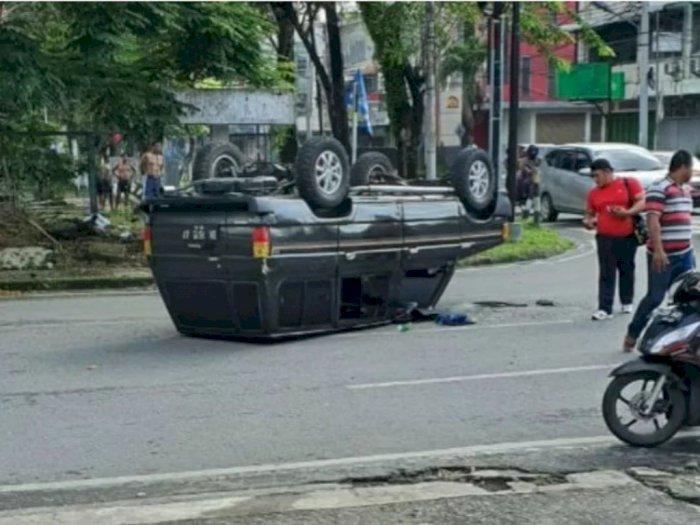 Terobos Lampu Merah, Mobil Kijang Petak Terguling di Jalan Sutomo Medan